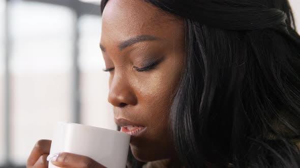 Thumbnail for African American Woman trinken heißen Tee oder Kaffee
