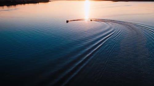 Bewegung von Booten bei Sonnenuntergang