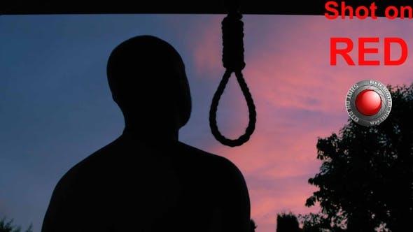 Mann, der versucht, Selbstmord zu begehen, indem Sie sich an einem Henker-Seil hängen