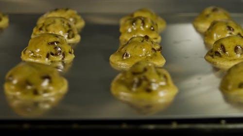 Zeitraffer von Schokoladen-Chip-Cookies in einem Ofen