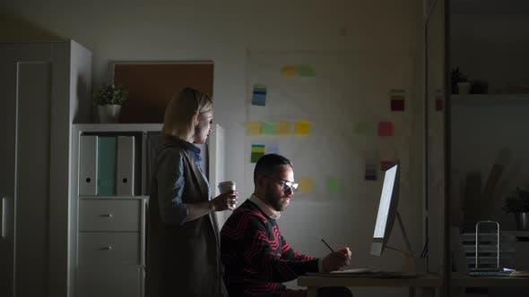 Thumbnail for Geschäftsleute im Büro bei Nacht