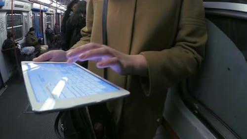 Unterhaltung mit Pad während routinemäßiger U-Bahn-Reisen