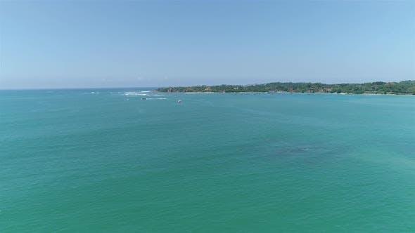 Thumbnail for Fliegen über den Ozean in Richtung Ufer