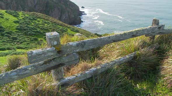 Thumbnail for Bluff mit Blick auf Ozeanwellen