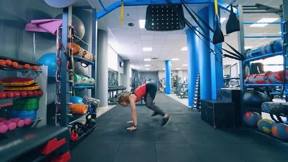 Frau trainiert im Fitnessstudio.