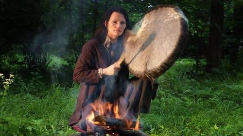 Schamanisches Ritual im Wald