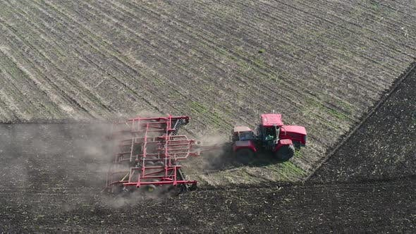 Luftaufnahme eines Traktor-Pflüsch-Feldes