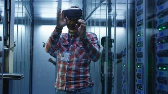 Thumbnail for Mann verwendet VR-Brille im Rechenzentrum