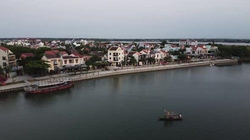 Vue aérienne de la paisible ville de Hoi An au Vietnam et de la rivière historique Thu Bon
