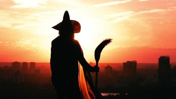 Thumbnail for Mädchen in einer Hexe flatternden Mantel posieren Stadtbild Zeitlupe