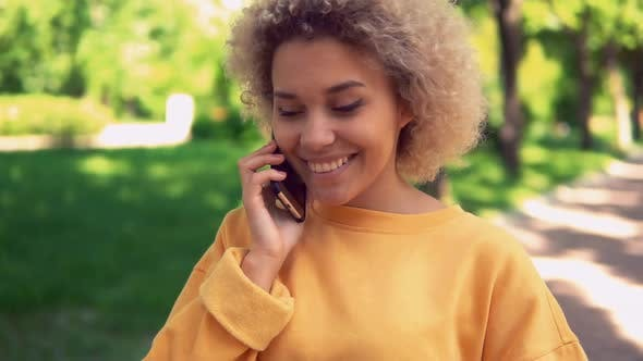 Thumbnail for Fröhlich Weiblich mit Handy auf der Straße