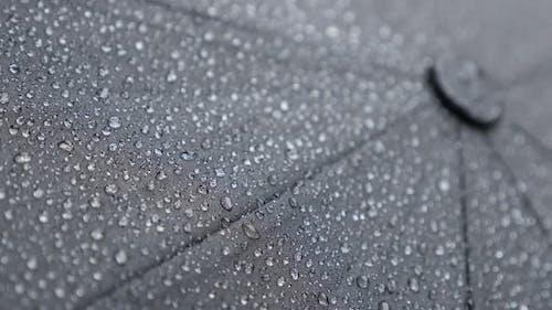 Regentropfen Abdeckung der Oberseite des dunklen Regenschirms 4K 2160p 30fps UHD-Filmmaterial - Nahaufnahme aus wasserdichtem Gewebe