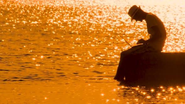Thumbnail for Reise-Blogger mit Notizbuch auf Sonnenuntergang. Junger Mann, Hipster Silhouette auf Seascape. Freiberufler