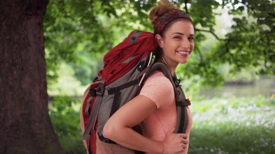 Thumbnail for Aktive weiße Frau aus Wandern in üppiger Natur Einstellung posiert für Kamera