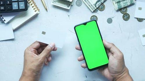 Mann-Hand hält Kreditkarte und Smartphone-Online-Shopping
