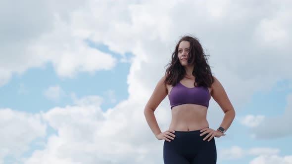 Thumbnail for Porträt eines Sportmädchens vor dem Hintergrund des Himmels und der Wolken