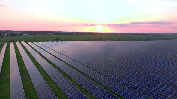 Thumbnail for Drohne fliegen über Solarfarm. Erneuerbare Grüne Energie und Elektrotechnik. Bereich Sonnenkollektoren