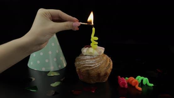 Thumbnail for Party. Kuchen und festliche Kerze darauf. Zünden Sie die Kerze an. Feiern Sie Geburtstag
