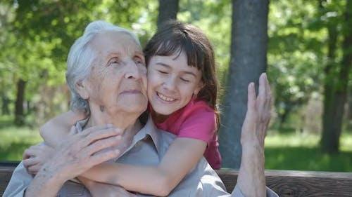 Mädchen umarmt Großmutter