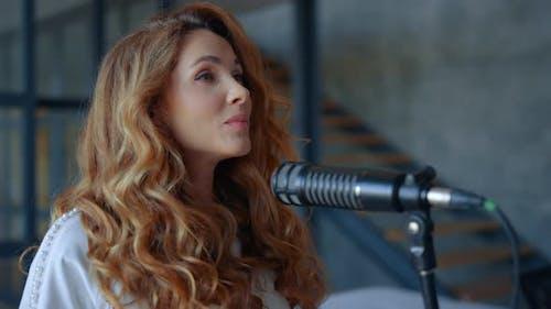 Frau singt Karaoke im Mikrofon. Attraktive Sängerin Singen lernen
