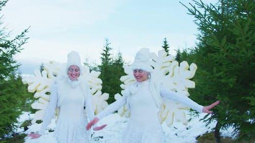 Frauen in Schneeflockenkostümen