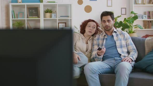 Thumbnail for Junges Paar Fernsehen