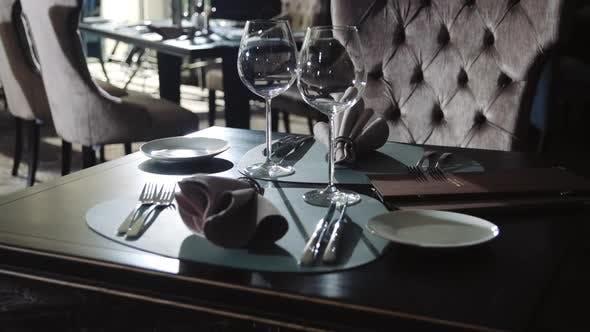 Thumbnail for Weinglas und Teller zum Abendessen im Restaurant. Geschirr-Set auf Esstisch