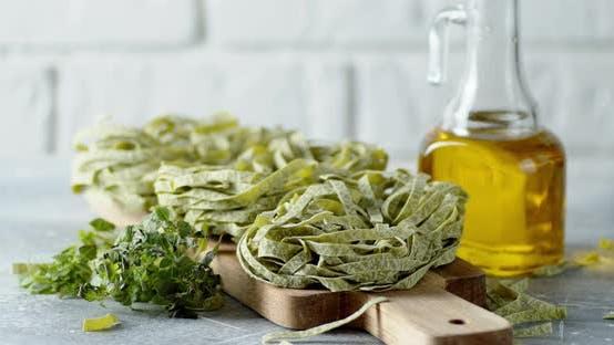 Trockene Pasta-Tagliatelle mit Spinat dreht sich langsam.