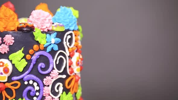 Gâteau gourmand Dia de los Muertos décoré avec glaçage coloré à la crème au beurre et toppe de cupcake gommeux