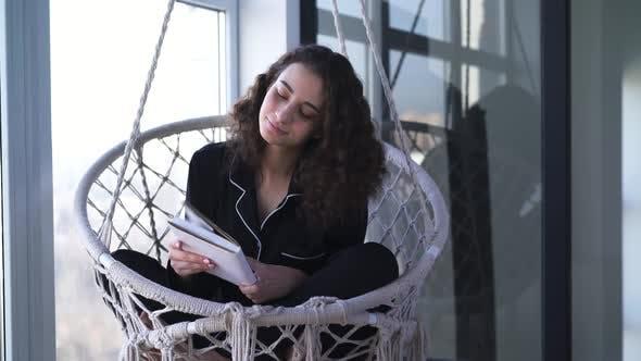 Thumbnail for Porträt von Brünette Frau schließen und umarmen Buch. Charming Lächeln kaukasischen Mädchen Lesen