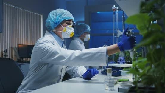 Thumbnail for Científicos Trabajo en un laboratorio