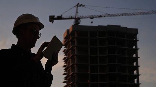 Thumbnail for Bauleiter mit Tablet auf Baustelle.