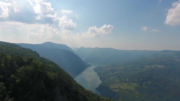 Fliegen vom Banjska Rock zur Schlucht des Drina River