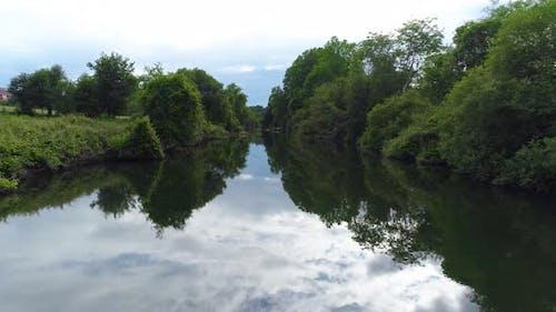 Sommerlandschaft des kleinen Flusses