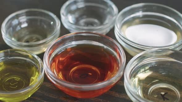 Glasschalen mit verschiedenen Ölen