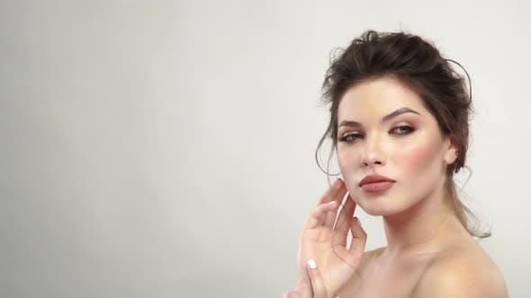 Junge Frau mit frischem, sauberem Gesicht posiert