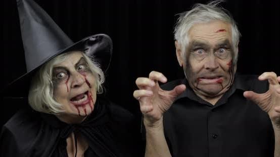 Ältere Mann und Frau in Halloween-Kostümen, Hexe und Zombie