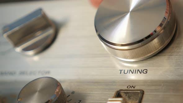Thumbnail for Tuning UKW-Radiosender am Empfänger durch Drehen Dial Nahaufnahme 4K 2160p UltraHD Filmmaterial - Radio st