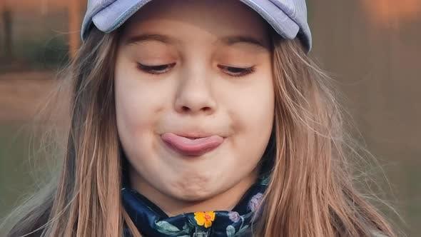 Kleines Mädchen zeigt Zunge