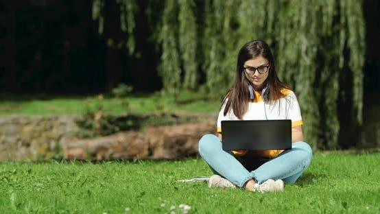 Thumbnail for Frau arbeitet am Laptop