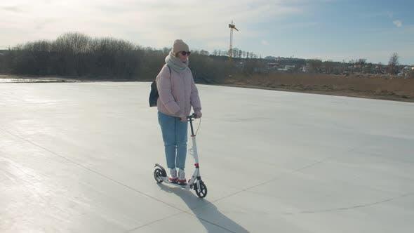 Frau Auf Einem Roller Auf Dem Spielplatz