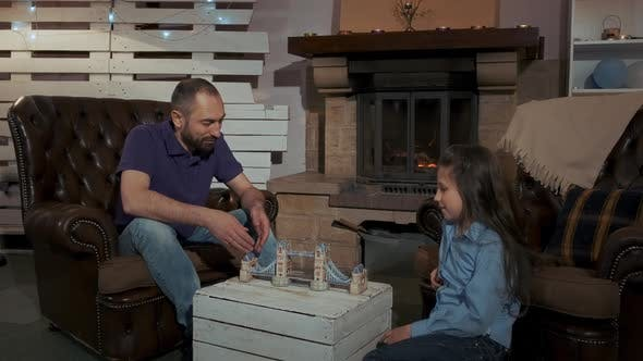 Thumbnail for Familienabend Zeit: Vater und Tochter lernen 3D Modell der Brücke