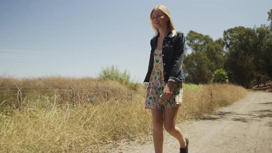 Thumbnail for junge attraktiv weiß Mädchen zu Fuß allein im freien