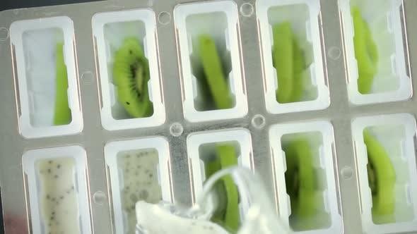 Thumbnail for Herstellung von Kiwi Kokosnuss Chias am Stiel in gefrorenem Eis Pop Maker.