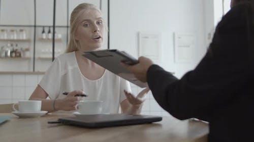 Agent und weibliche Kunden unterzeichnen Krankenversicherungsvertrag