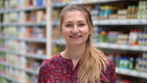 Thumbnail for Porträt Attraktive junge Frau im Supermarkt Marktplatz.