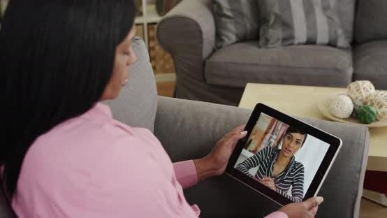 Thumbnail for Senior Frau Video chatten mit Tochter