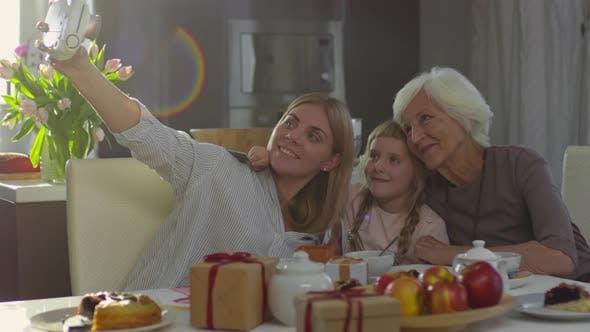 Frauen nehmen Bild bei Muttertag Abendessen