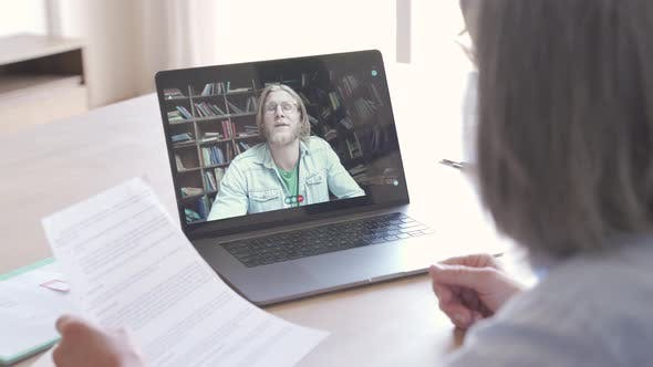 çSenior Business Woman Distance Teacher Giving Online Class for Student