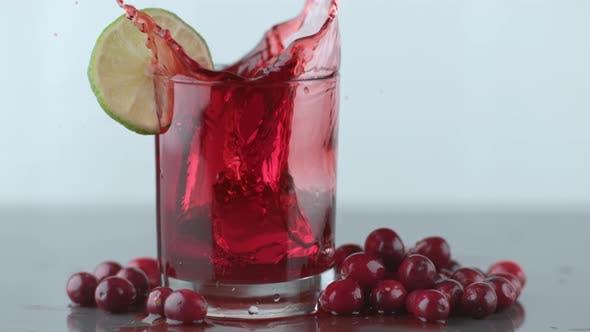 Eis spritzt in Cranberry-Saft in Zeitlupe; Schuss auf Phantom Flex 4K bei 1000 fps